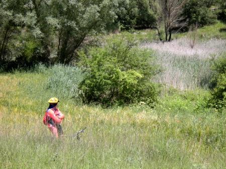 Óscar entre la hierba del barranco