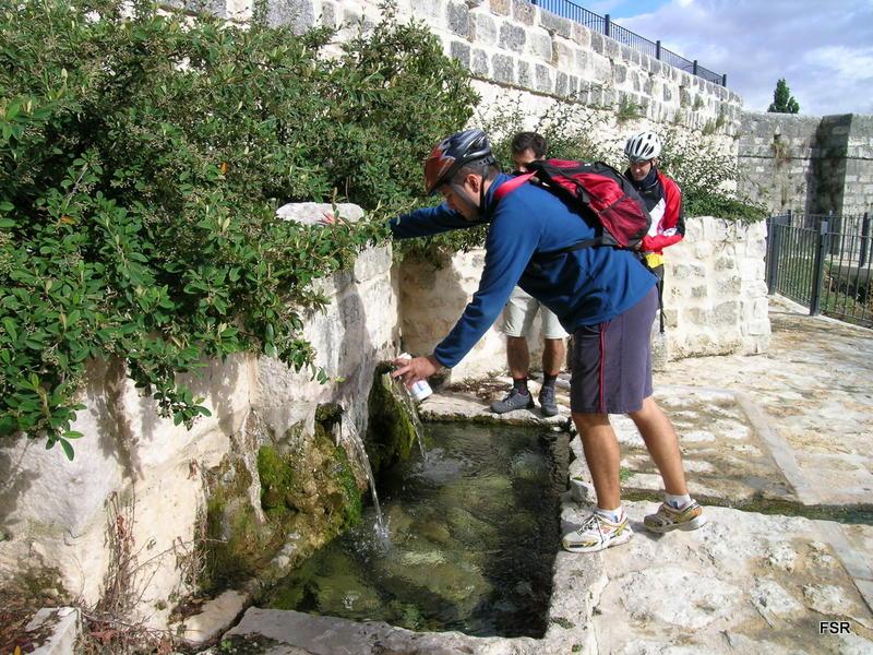 Llenando depósitos en la fuente de Olivares