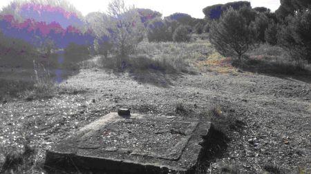 Base de la garita frente a los restos del cráter del Polvorín nº 3