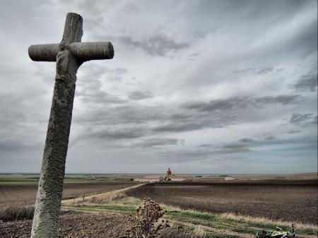 Cruz del Calvario; Puras al fondo
