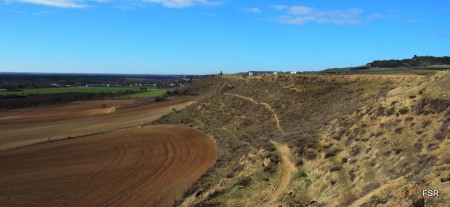 El sendero a media ladera por el que llegamos a Simancas